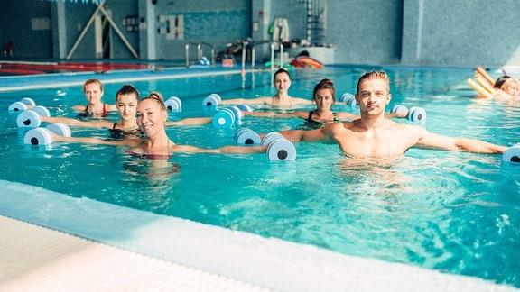 Eine Gruppe Menschen beim Aqua Aerobic