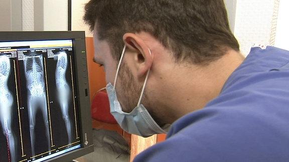 Mann schaut auf Monitor