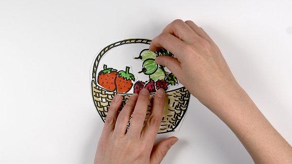 gemalte Beeren in einem Korb