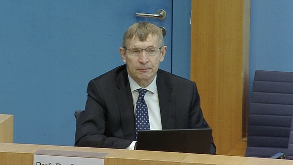 Präsident des Paul-Ehrlich-Instituts, Klaus Cichutek bei einer Pressekonferenz