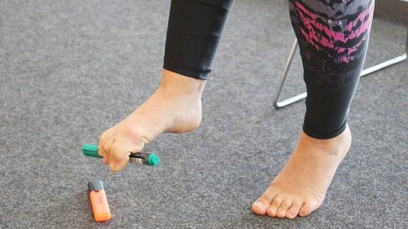 Sabine Schön führt Übungen für die Bein-Fitness vor