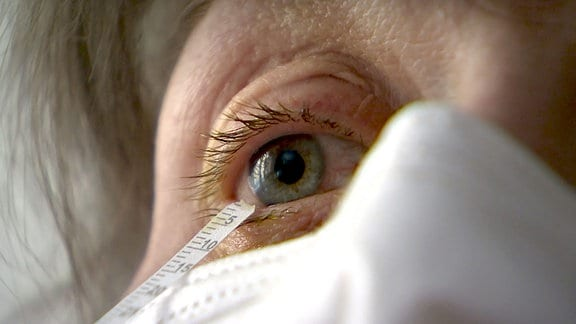 Schirmertest am Auge einer Frau