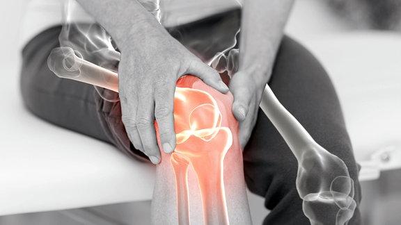 Mann hält schmerzendes Knie.