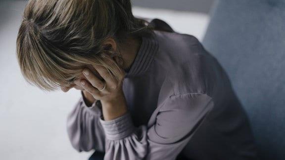 Eine Frau hat Kopfschmerzen.