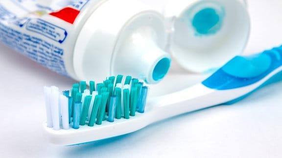 Zahnbürste und eine geöffnete Zahnpastatube