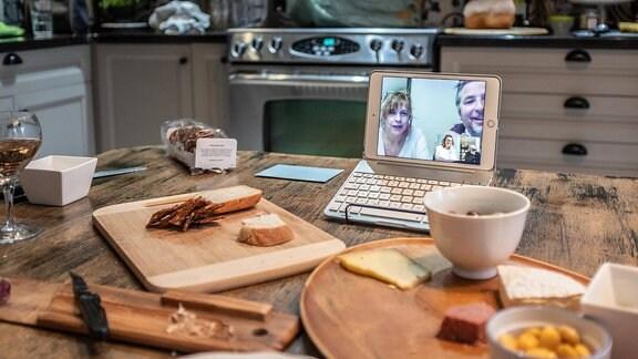 Videotelefonat am Computer mit Freunden