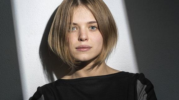 Eine Frau mit einer Bob Frisur.