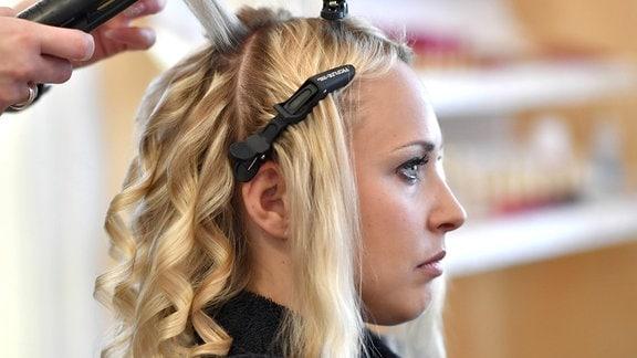 Junge Frau wird im Friseursalon frisiert
