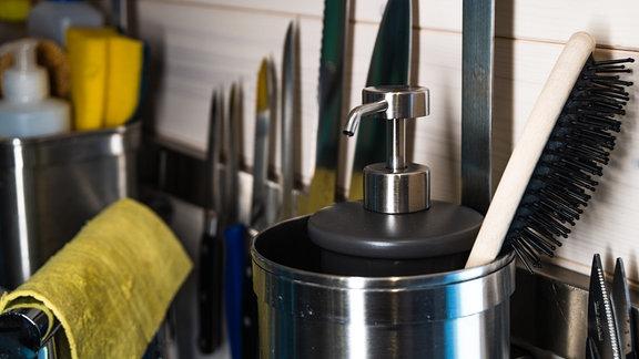 An der Kochnische sind auch eine Haarbürste und Seife zu finden - es gibt nur ein Waschbecken.