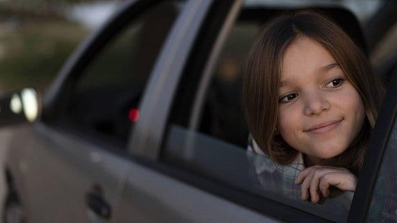 Mädchen schaut aus dem Auto