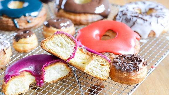 Aurélie Bastian zeigt, wie sich das Trend-Gebäck Croissant-Donuts ganz einfach zu Hause zubereiten lässt.