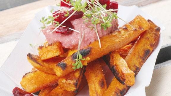 Gesunde Süßkartoffel-Pommes aus dem Backofen mit Rote Beete Hummus und Crème fraîche