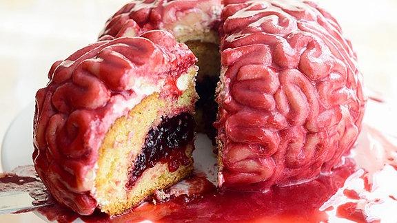 Ein Kuchen, der aussieht wie ein Gehirn, wird aufgeschnitten.