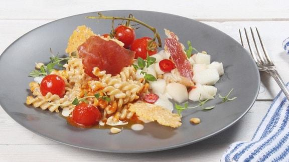 Christian Henze kocht Cremige Nudeln mit knusprigem Parmesan und Safrantomaten