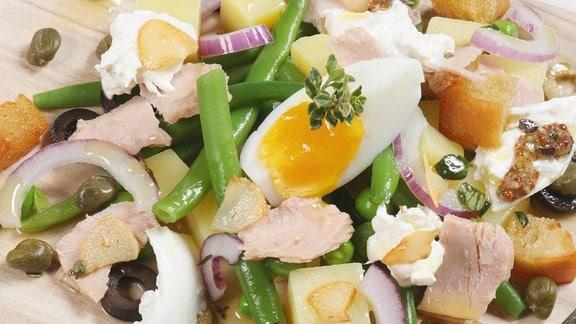 Rustikaler Feinschmecker-Salat mit Bohnen, Erbsen und Burrata