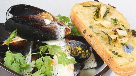 Cremige Curry-Muscheln mit Knoblauchbrot