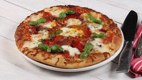 MDR-Sternekoch Christian Henze veredelt Tiefkühlpizza.