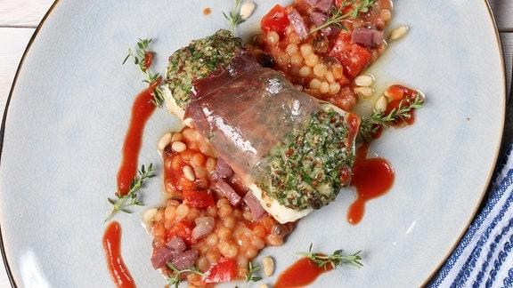 Auf einem Teller ist ein Fischgericht angerichtet