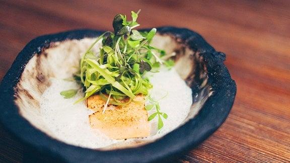 Knuspriges Lachsforellenfilet mit Spargel-Wildkräutersalat und Beurre blanc