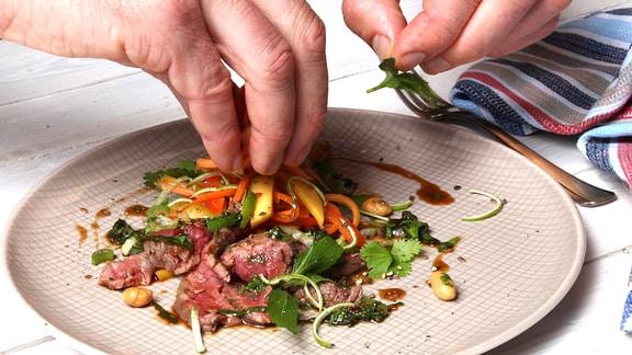 Steak auf Blech und angerichtet auf Teller