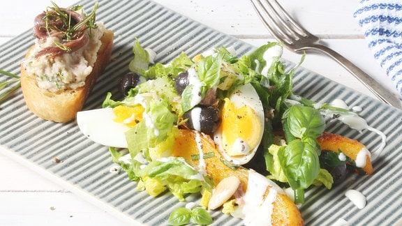 Salat auf einem Teller angerichtet