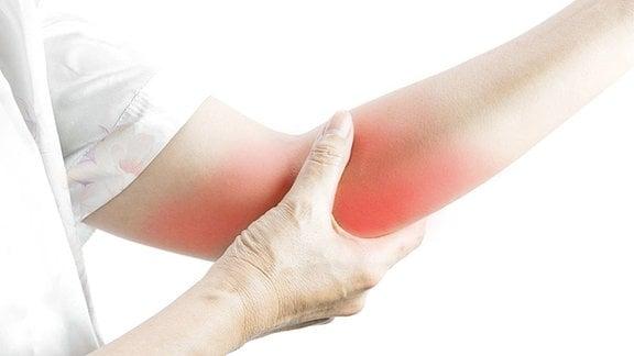 Patient hält schmerzenden Arm