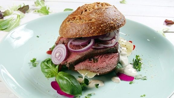 Ein Brötchen mit Senfdressing, Steak und Harzer Käse