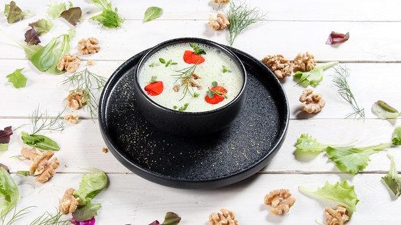 Von Sternekoch Robin Pietsch zubereitete kalte Gurkensuppe