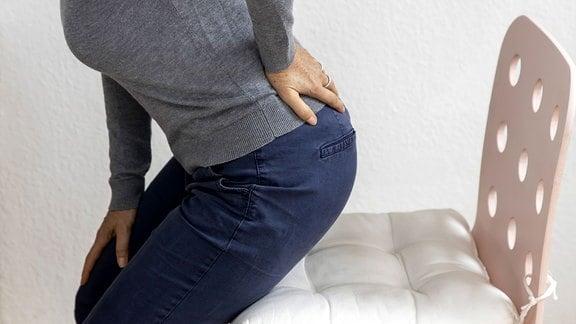 Eine  Frau hat Rückenschmerzen