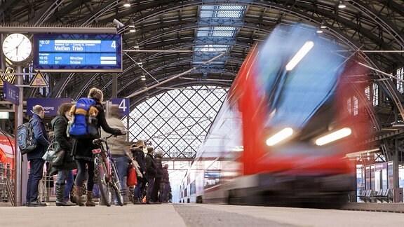 Fahrgäste und S-Bahn am Bahnhof Dresden Neustadt