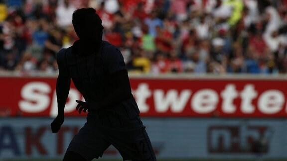 Fußballspieler vor einer Werbung für Sportwetten
