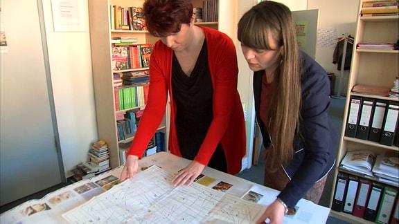 """Ulrike Winkelmann und Susann Jaensch vom heutigen """"BuchVerlag für die Frau"""" mit einem Schnittmusterbogen"""