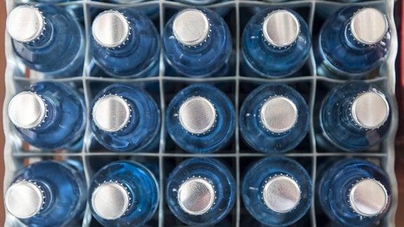 Kiste mit Mineralwasser, in Glasflaschen, mit Kronenkorken