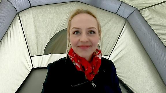 Henriette Fee Grützner in einem Zelt