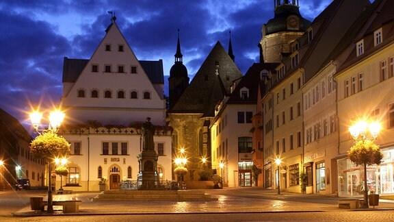 Der Marktplatz von Eisleben mit dem Rathaus, dem Luther-Denkmal und der Sankt Andreas Kirche