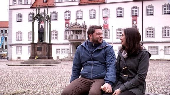 Das Paar besichtigt den Marktplatz in Wittenberg.