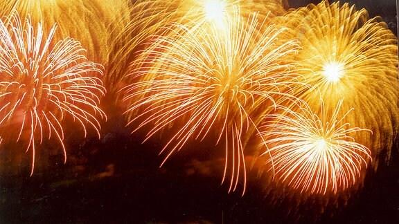 Rotes und gelbes Silvesterfeuerwerk am Nachthimmel