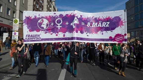 Ein Fronttransparent ist während der Demonstration zum internationalen Weltfrauentag 2015 zu sehen.