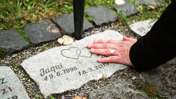 Hand auf Grabstein