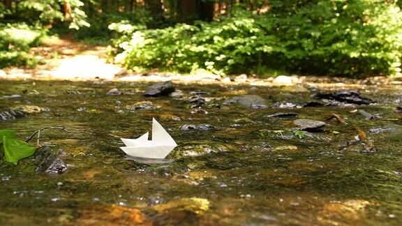 Papier-Boot im Wasser