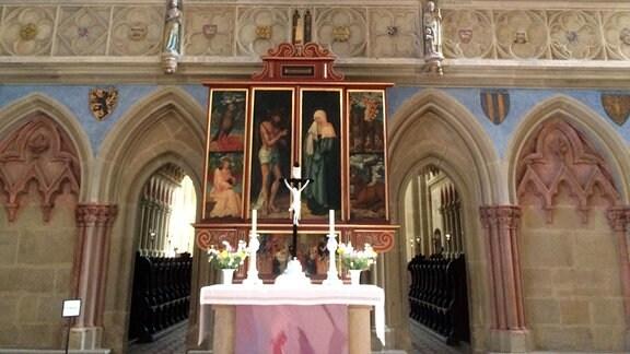 Altar und Lettner.