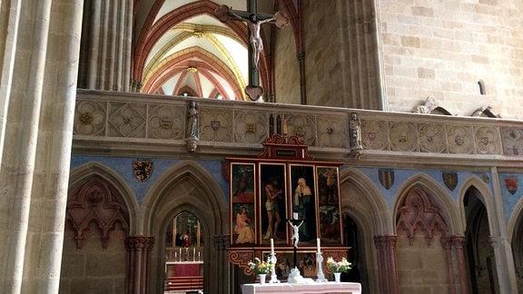 Blick durch Lettner in den hohen Chor.