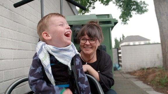 Eine Frau und ein Junge lachen