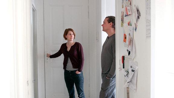 Ein Mann und eine Frau stehen in einem Flur