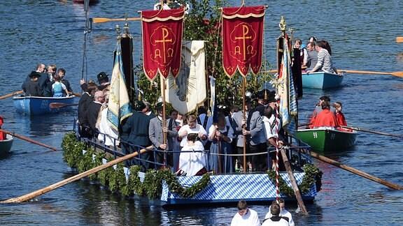 Boote mit Teilnehmern einer Fronleichnams-Prozession