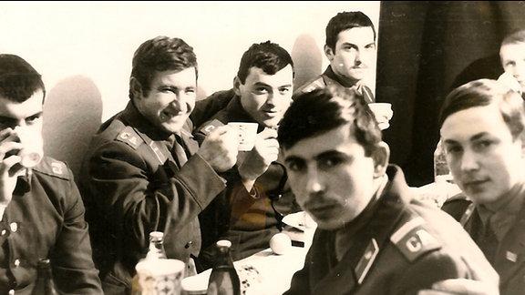 Soldaten an einem Tisch
