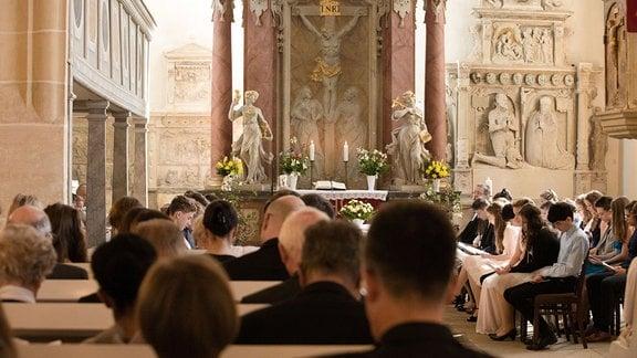 Menschen beim Gottesdienst in der evangelisch-lutherische Kirche im Dresdner Stadtteil Leubnitz-Neuostra