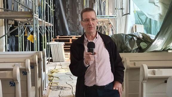 Pfarrer Dr. Wolf-Jürgen Grabner in der evangelisch-lutherischen Kirche im Dresdner Stadtteil Leubnitz-Neuostra
