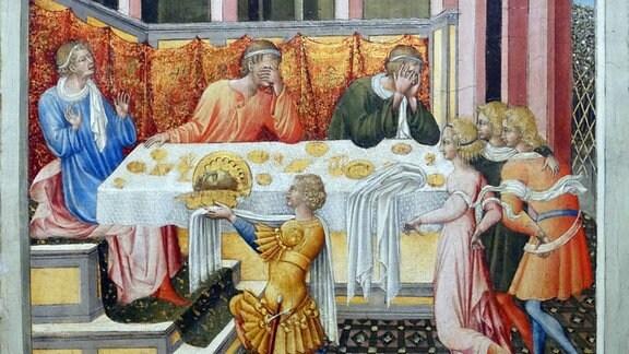 Das abgeschlagene Haupt von Johannes dem Täufer wird Salome präseniert. Gemälde von Giovanni di Paolo (1403-1482). Agenturtext: Szene aus dem Leben von Johannes dem Täufer auf einem Gemälde von Giovanni di Paolo