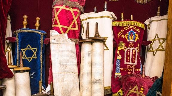 Ein geöffneter Schrein Aron Hakodesch verwahrt 17 alte Torarollen.